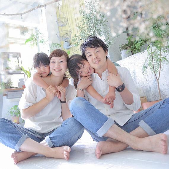 カジュアル服でのナチュラルな家族写真