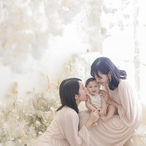 赤ちゃんが写っている家族写真