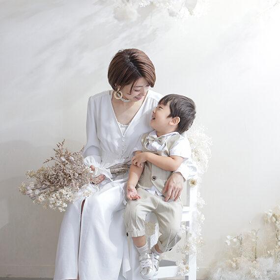 ママと男の子の家族写真